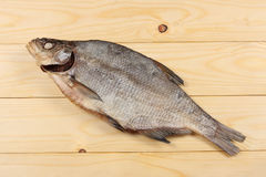 Αποξηραμένα ψάρια στον πίνακα Αλμυρά ξηρά ψάρια ποταμών σε ένα ελαφρύ ξύλινο υπόβαθρο Τοπ άποψη με το διάστημα αντιγράφων Στοκ εικόνες με δικαίωμα ελεύθερης χρήσης