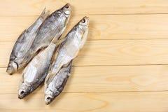 Αποξηραμένα ψάρια στον πίνακα Αλμυρά ξηρά ψάρια ποταμών σε ένα ελαφρύ ξύλινο υπόβαθρο Τοπ άποψη με το διάστημα αντιγράφων Στοκ φωτογραφίες με δικαίωμα ελεύθερης χρήσης