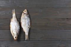 Αποξηραμένα ψάρια στον πίνακα Αλμυρά ξηρά ψάρια ποταμών σε ένα σκοτεινό ξύλινο υπόβαθρο Τοπ άποψη με το διάστημα αντιγράφων Στοκ εικόνα με δικαίωμα ελεύθερης χρήσης