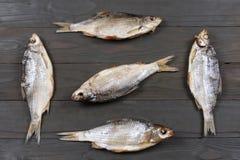 Αποξηραμένα ψάρια στον πίνακα Αλμυρά ξηρά ψάρια ποταμών σε ένα σκοτεινό ξύλινο υπόβαθρο Τοπ άποψη με το διάστημα αντιγράφων Στοκ Εικόνες