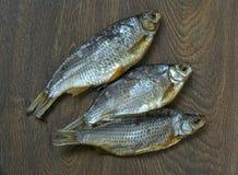 Αποξηραμένα ψάρια στο ξύλινο υπόβαθρο Στοκ φωτογραφία με δικαίωμα ελεύθερης χρήσης