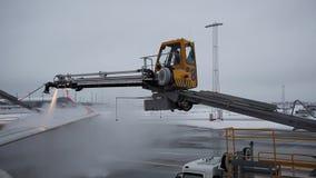 Αποπάγωση φτερών αεροσκαφών πριν από την απογείωση κατά τη διάρκεια της χειμερινής εποχής απόθεμα βίντεο
