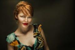 Αποπνικτικός Redhead με βαθιά - κόκκινα χείλια στοκ φωτογραφίες με δικαίωμα ελεύθερης χρήσης