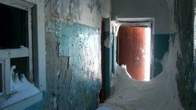 Απορρίματα στην εγκαταλειμμένη πόλη-φάντασμα σπιτιών Gudym Chukotka μακριά βόρεια της Ρωσίας απόθεμα βίντεο