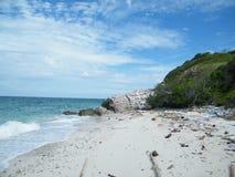 Απορρίματα στην παραλία, ρύπανση γύρω από τη φύση Στοκ Φωτογραφία