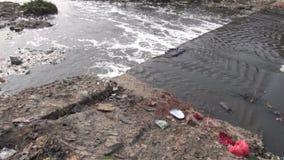 Απορρίματα στον ιερό ποταμό Bagmati, Katmandu, Νεπάλ hinduism νερού απόθεμα βίντεο