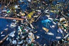 Απορρίματα στο νερό Στοκ φωτογραφία με δικαίωμα ελεύθερης χρήσης