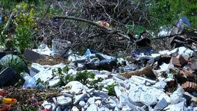 Απορρίματα στο λόφο κοντά στο δάσος απόθεμα βίντεο