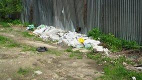 Απορρίματα υπό μορφή να βρεθεί πλαστικών τσαντών απόθεμα βίντεο