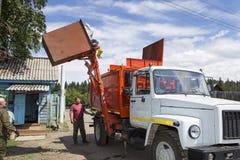 Απορρίματα φόρτωσης από τη δεξαμενή στοκ εικόνες με δικαίωμα ελεύθερης χρήσης