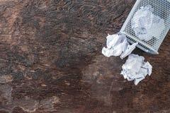 απορρίμματα εγγράφου τσαλακώστε το έγγραφο που πέφτει στο δοχείο ανακύκλωσης, ρίχτηκε στο δοχείο καλαθιών μετάλλων, που ξεχειλίζε στοκ εικόνες
