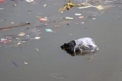 Απορρίμματα και απορρίματα που επιπλέουν στην επιφάνεια του νερού, που προκαλεί τα λύματα στοκ φωτογραφίες