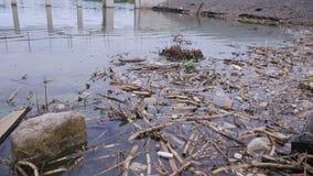 Απορρίμματα μεγάλου ποσού που μολύνουν τα νερά μας απόθεμα βίντεο
