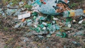Απορρίμματα, σπασμένα μπουκάλια στην απόρριψη απόθεμα βίντεο