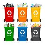 Απορρίμματα στα δοχεία απορριμάτων με τα ταξινομημένα απορρίματα Συλλογή χωρισμού απορριμάτων ανακύκλωσης και ανακυκλωμένος ελεύθερη απεικόνιση δικαιώματος