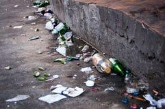 Απορρίμματα στην οδό, empy μπουκάλια μπύρας Στοκ Εικόνες