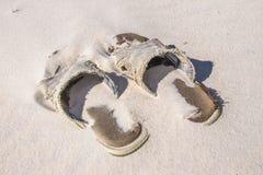 Απορριμμένη παραλία Sandals3 Στοκ Φωτογραφίες