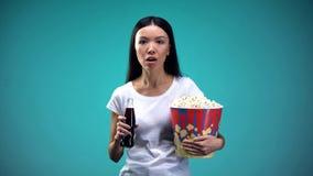 Απορροφημένος στην πλοκή της γυναίκας ταινιών που κρατά το αφρώδες μεγάλο φλυτζάνι νερού popcorn, κινηματογράφος στοκ φωτογραφία με δικαίωμα ελεύθερης χρήσης