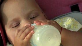Απορροφώντας μπουκάλι μωρών απόθεμα βίντεο