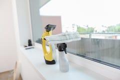Απορρυπαντικά για τα παράθυρα πλύσης Στοκ φωτογραφία με δικαίωμα ελεύθερης χρήσης