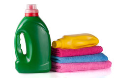 Απορρυπαντικό πλυντηρίων μπουκαλιών και εδαφοβελτιωτικό ή αποσκληρυντικό υφάσματος με τις πετσέτες που απομονώνονται στο άσπρο υπ Στοκ Εικόνες