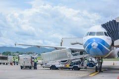 Αποσκευές φόρτωσης αεροπλάνων εναέριων διαδρόμων της Μπανγκόκ και έτοιμος να πετάξει Στοκ φωτογραφίες με δικαίωμα ελεύθερης χρήσης