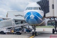 Αποσκευές φόρτωσης αεροπλάνων εναέριων διαδρόμων της Μπανγκόκ και έτοιμος να πετάξει Στοκ Εικόνες