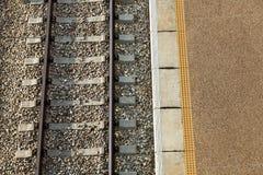 Πλατφόρμα & σιδηρόδρομος σταθμών τρένου Στοκ εικόνα με δικαίωμα ελεύθερης χρήσης