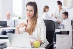 Αποσπασμένη έγκυος γυναίκα στην εργασία Στοκ φωτογραφία με δικαίωμα ελεύθερης χρήσης