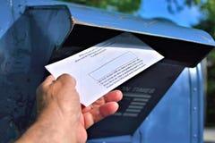 Αποστολή μιας επιστολής με το κενό διάστημα στην ταχυδρομική θυρίδα Στοκ Εικόνα