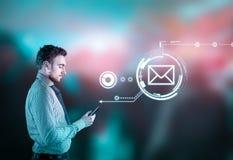 Αποστολή του ολογράμματος μηνυμάτων μαύρο τηλέφωνο δεκτών έννοιας επικοινωνίας Στοκ εικόνες με δικαίωμα ελεύθερης χρήσης