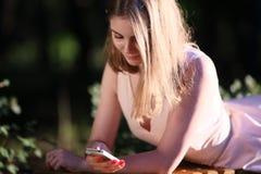 Αποστολή κειμενικών μηνυμάτων, γυναίκες, κινητό τηλέφωνο, τηλέφωνο, άνθρωποι Στοκ φωτογραφία με δικαίωμα ελεύθερης χρήσης