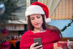 Αποστολή κειμενικών μηνυμάτων γυναικών στα Χριστούγεννα Στοκ Φωτογραφία