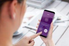 Αποστολή του ηλεκτρονικού ταχυδρομείου από το κινητό τηλέφωνο Σύγχρονο έξυπνο τηλέφωνο στο χέρι γυναικών Στοκ Φωτογραφία
