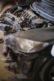 Αποσυναρμολογημένο μέτωπο ενός αυτοκινήτου στο γκαράζ στοκ φωτογραφία