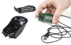 Αποσυναρμολογημένο ποντίκι υπολογιστών με το καλώδιο USB στο λευκό Στοκ Εικόνα