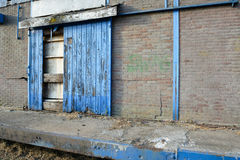 Αποσυντεθειμένη βιομηχανική πόρτα μιας αποθήκης εμπορευμάτων Στοκ Φωτογραφίες
