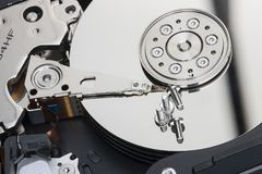 Αποσυντεθειμένος σκληρός δίσκος υπάρχουν πιάτα με τις επιφάνειες εργασίας στις οποίες οι βίδες βρίσκονται στοκ φωτογραφία με δικαίωμα ελεύθερης χρήσης