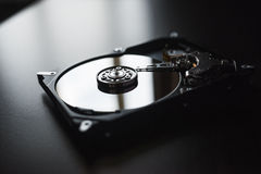 Αποσυντεθειμένος σκληρός δίσκος από τον υπολογιστή (hdd) με τα αποτελέσματα καθρεφτών Μέρος του υπολογιστή (PC, lap-top) Στοκ φωτογραφίες με δικαίωμα ελεύθερης χρήσης