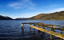Αποσυντιθειμένος λιμενοβραχίονας σε μια λίμνη στην κεντρική Σκωτία Στοκ Φωτογραφίες