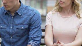 Αποσύνθεση του νέου ζεύγους, άτομο που εξετάζει την άπιστη φίλη και που πηγαίνει μακριά απόθεμα βίντεο