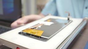 Αποσύνθεση Smartphone στο κατάστημα επισκευής απόθεμα βίντεο