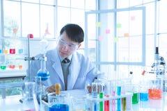 Αποτέλεσμα πειράματος καταγραφής επιστημόνων στο δωμάτιο εργαστηρίων στοκ φωτογραφία με δικαίωμα ελεύθερης χρήσης
