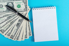 Αποταμίευση έννοιας, πόροι χρηματοδότησης, οικονομία Τραπεζογραμμάτια ενός δολαρίων που απομονώνονται στο μπλε backround Στοκ φωτογραφία με δικαίωμα ελεύθερης χρήσης