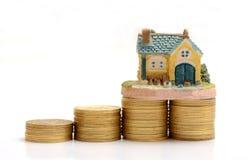Αποταμίευση για να αγοράσει το σπίτι - χρυσή έννοια σωρών Στοκ Φωτογραφίες