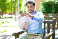 Αποταμίευση τραπεζών Piggy έξω στοκ εικόνα