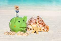 Αποταμίευση τραπεζών Piggy για τις διακοπές Στοκ Εικόνες
