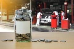 Αποταμίευση χρημάτων για την πληρωμή αυτοκινήτων στο μπουκάλι γυαλιού Στοκ Εικόνες