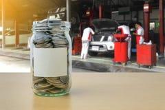Αποταμίευση χρημάτων για την πληρωμή αυτοκινήτων στο μπουκάλι γυαλιού Στοκ εικόνες με δικαίωμα ελεύθερης χρήσης