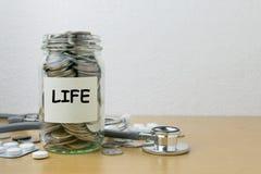 Αποταμίευση χρημάτων για τη ζωή στο μπουκάλι γυαλιού Στοκ φωτογραφίες με δικαίωμα ελεύθερης χρήσης